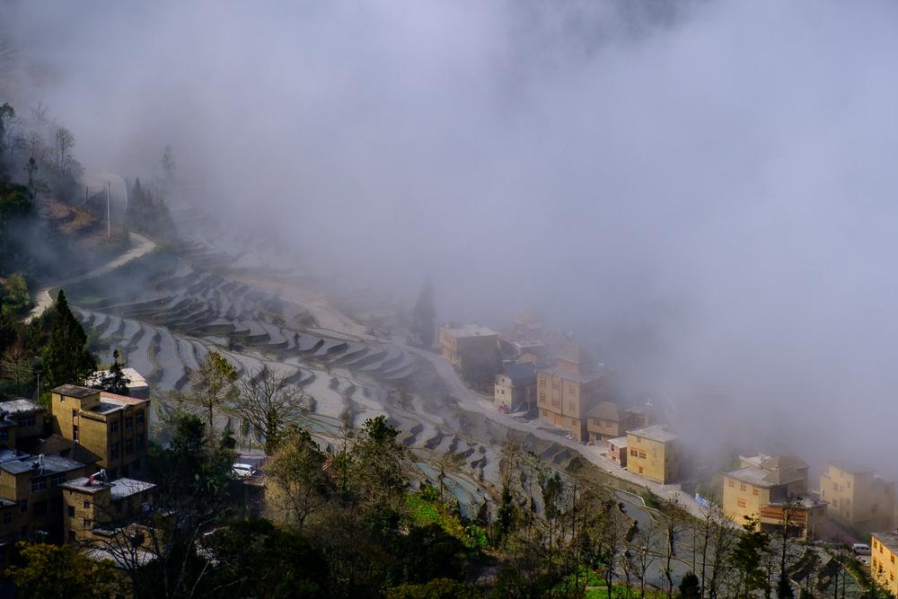 De wolken schuiven hier de hele dag heen en weer, zich niets aantrekkend van huizen en mensen.