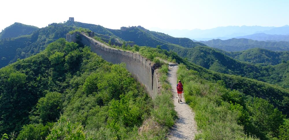 De meeste stukken muur zijn niet zoals je ze in de brochures kunt vinden. Aardewegjes, steile trappen en losliggende brokstukken werden ons niet bespaard.