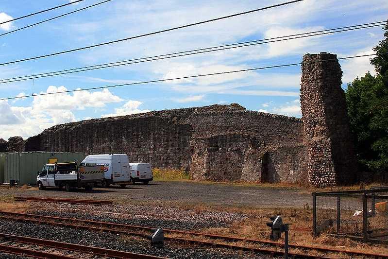 Товарный склад железной дороги на месте замка Бервик