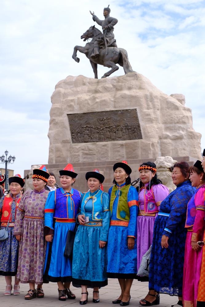 traditionele kledij voor het beeld van Ghengis Khan