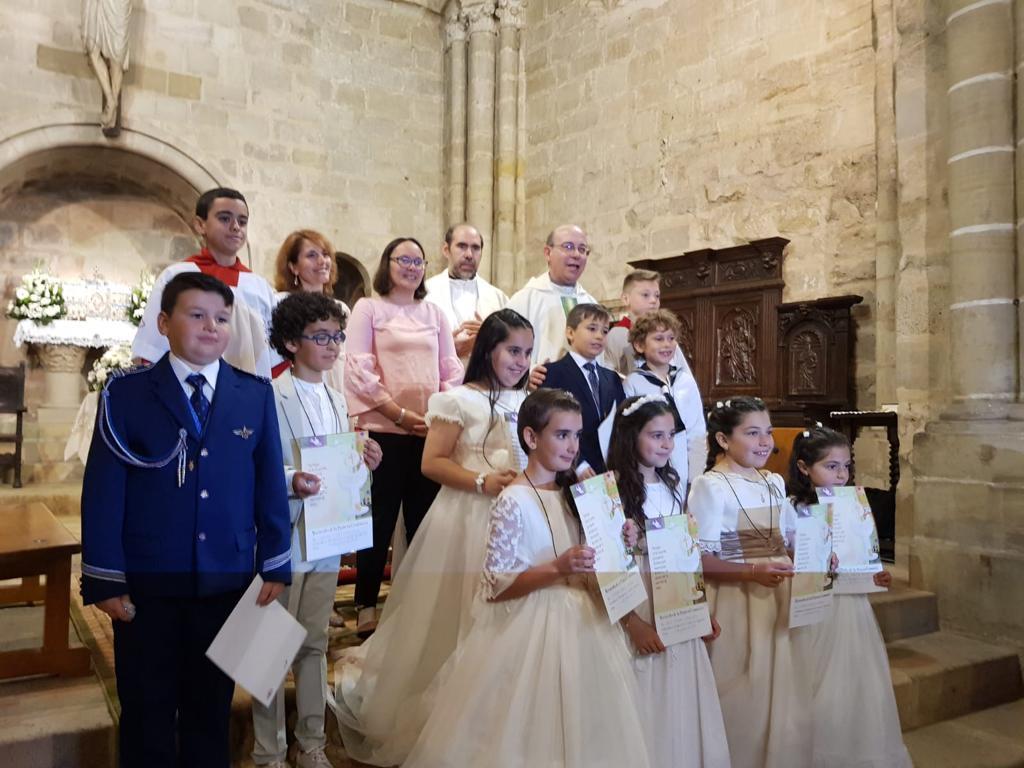 Una vez acabada la ceremonia, los niños posan para la foto