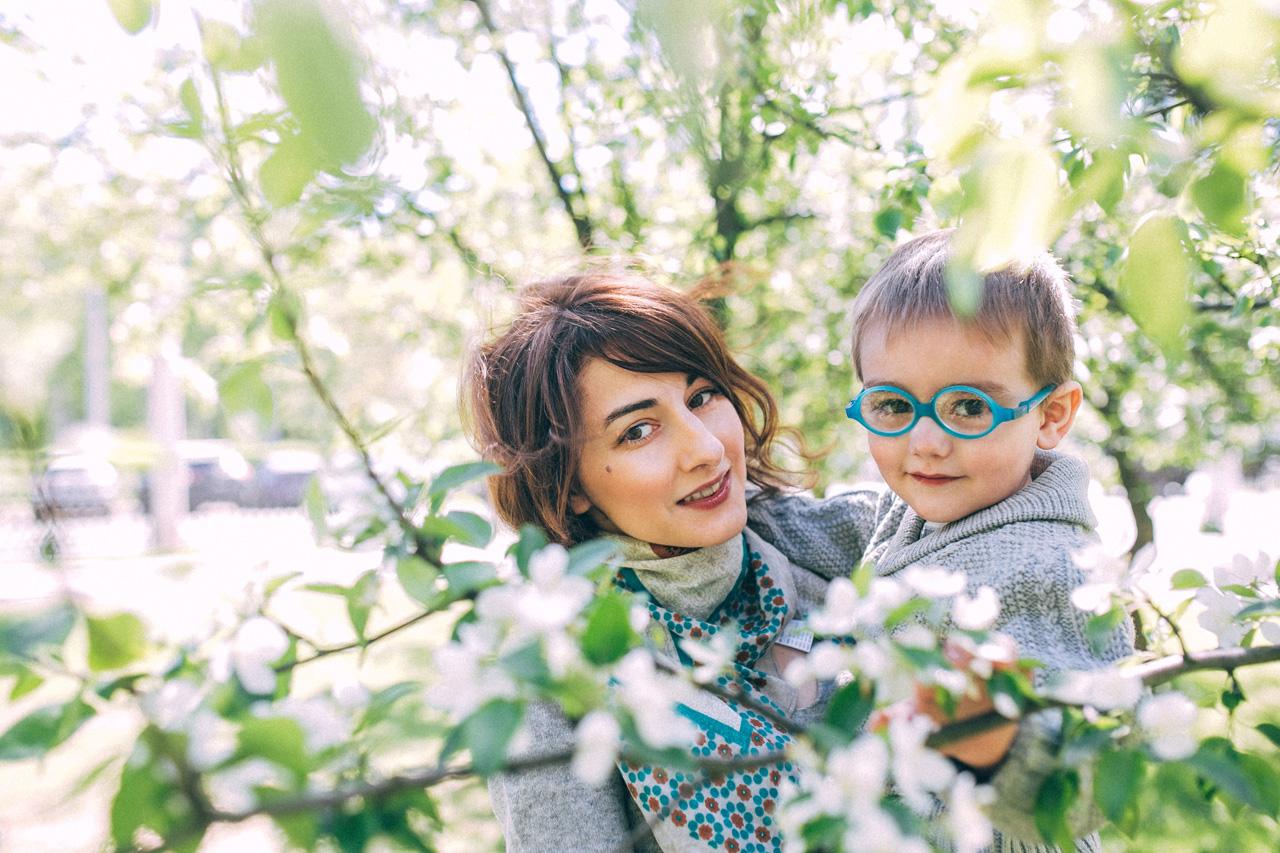 Позирование в яблонях - семейная фотосессия в яблонях Северодвинск свадебный фотограф Архангельска