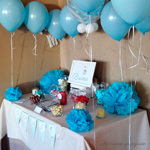 Mesa dulce del bautizo de Bruno, globos, lámina, chuches, pegatinas, pompones, velas, chocolatinas, guirnalda