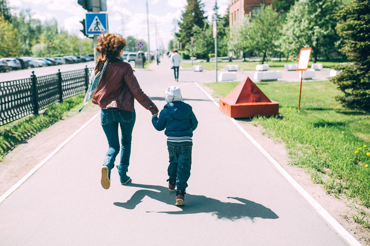 Семья бежит - семейная фотосессия в яблонях Северодвинск свадебный фотограф Архангельска