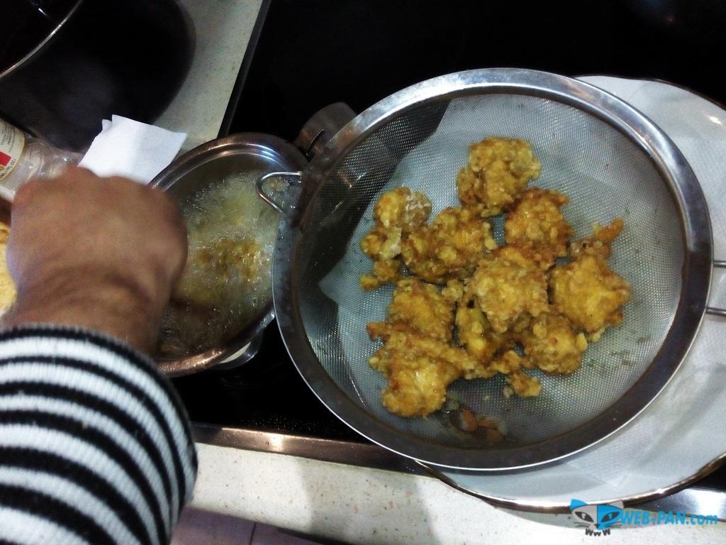 В процессе приготовления куриного карааге - обжаривание в масле и остужаем в дуршлаге перед повторной обжаркой!