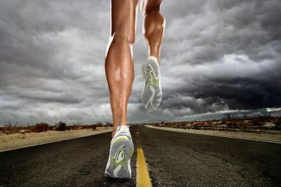 Человек бежит по дороге