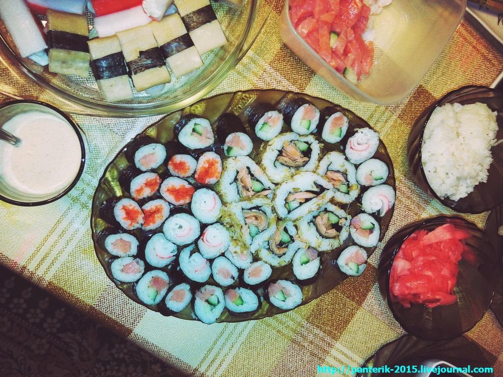 Стол накрыт, суши на столе - самые лучшие маки!
