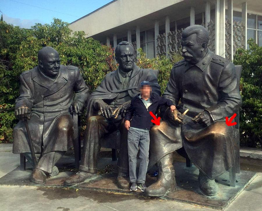 Что означают потертые колени Сталина?