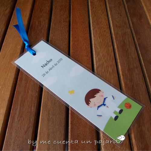 Marca-páginas personalizado de primera comunión para niño de amrinero con lazo y balón de baloncesto