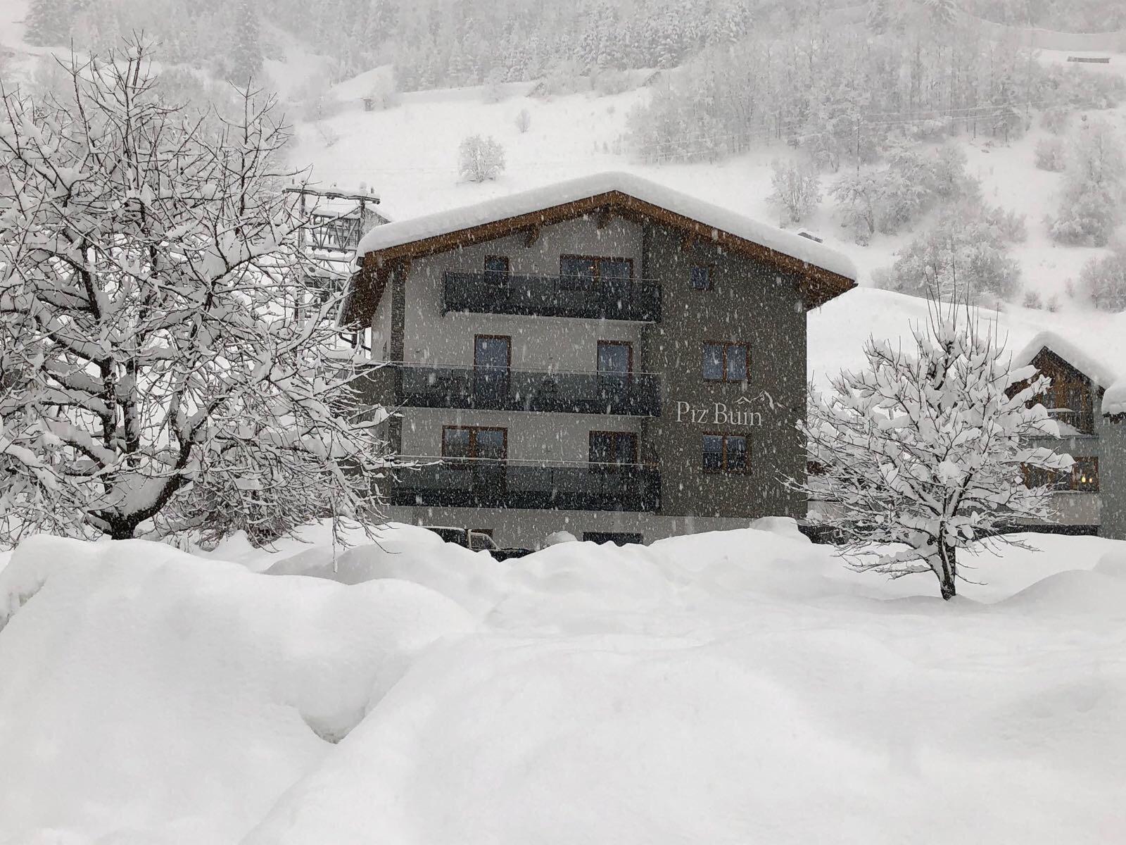 Ansicht Haus Piz Buin bei Schneefall im Winter