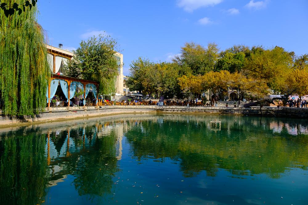 Tot een honderdtal jaar geleden vond je veel poelen ('hauz') in Bukhara. Eeuwenlang kende de stad epidemieën van ziektes die door het water verspreid werden en de gemiddelde inwoner werd slechts 32 jaar oud. Nu zijn er nog enkele poelen over, waaronder deze: Lyabi-Hauz.