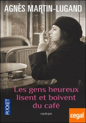 Les gens heureux lisent et boivent cafe